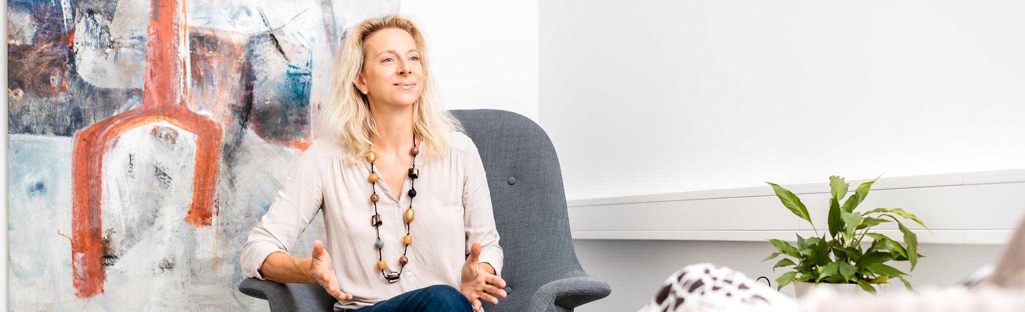 Claudia Bayer während einer Sitzung